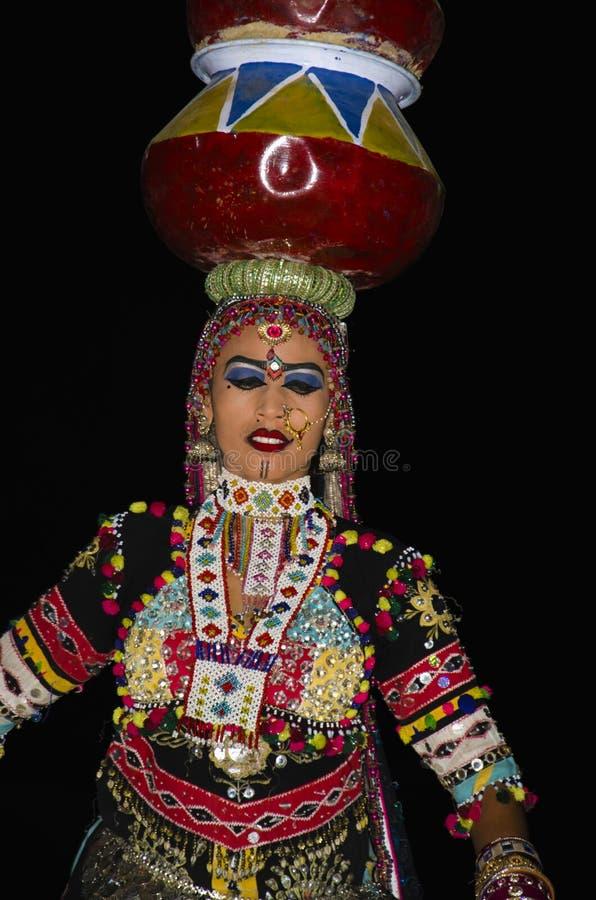 JAISALMER, RAJASTHÁN, la INDIA, noviembre de 2018, bailarín realiza danza popular en las dunas de arena de Sam fotos de archivo
