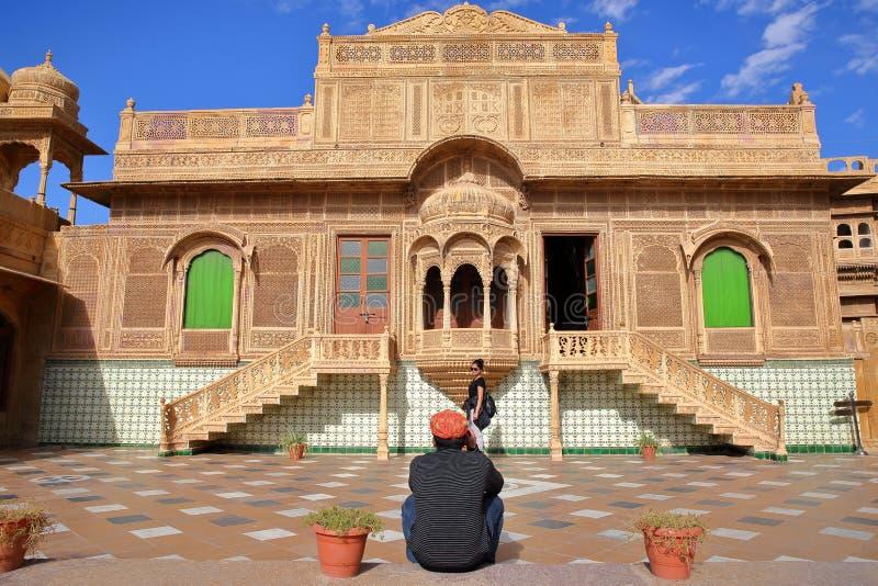 JAISALMER, RAJASTHAN INDIA, GRUDZIEŃ, - 20, 2017: Jawahir Vilas wśrodku Mandir pałac z wzorzystym brukiem i ozdobną fasadą zdjęcie stock