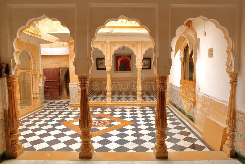 JAISALMER, RAJASTHAN INDIA, GRUDZIEŃ, - 20, 2017: Wnętrze Jaisalmer fortu pałac z arkadami i wzorzystym brukiem obrazy stock