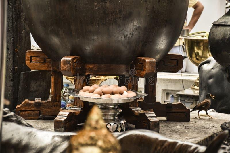 Jaja jako darowizna pod ogromnym drewnianym kociołkiem jak dzbanek w Grand Palace obraz stock