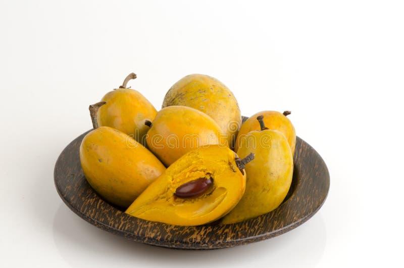 Jajeczna owoc, Canistel, Żółty Sapote na białym tle (Pouteria campechiana Baehni) (Kunth) zdjęcie stock