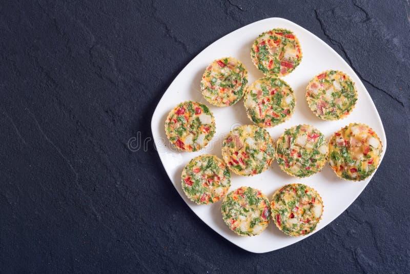 Jajeczni muffins z cebulą zdjęcie stock
