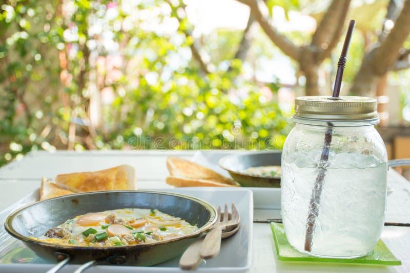 Jajeczny śniadanie i woda obrazy stock
