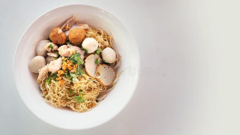 Jajeczny kluski odbitkową przestrzeń i przycinać pa suchy Azjatycki jedzenie odizolowywa fotografia stock