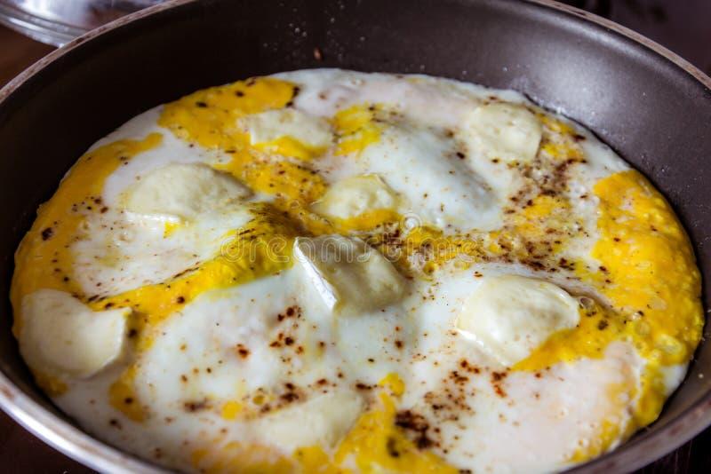 Jajeczny omlet z serem w niecce fotografia royalty free