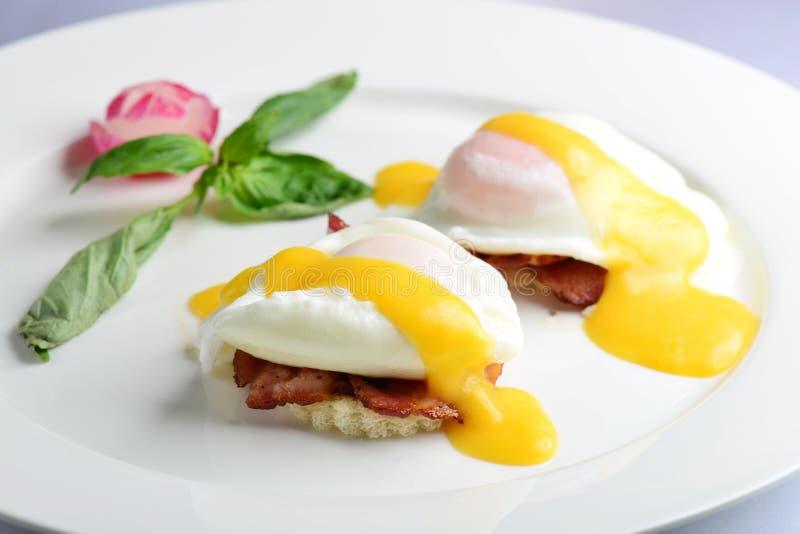Jajek Benedykt wznoszący toast Angielscy muffins fotografia stock