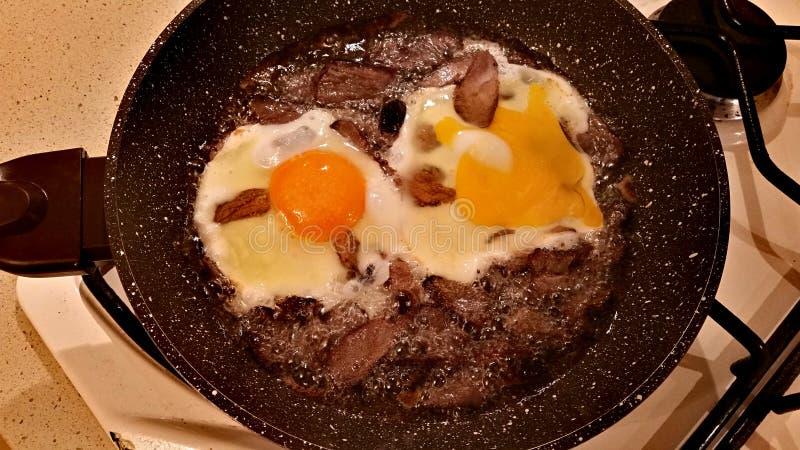 Jajka i mięso w smaży niecce fotografia royalty free