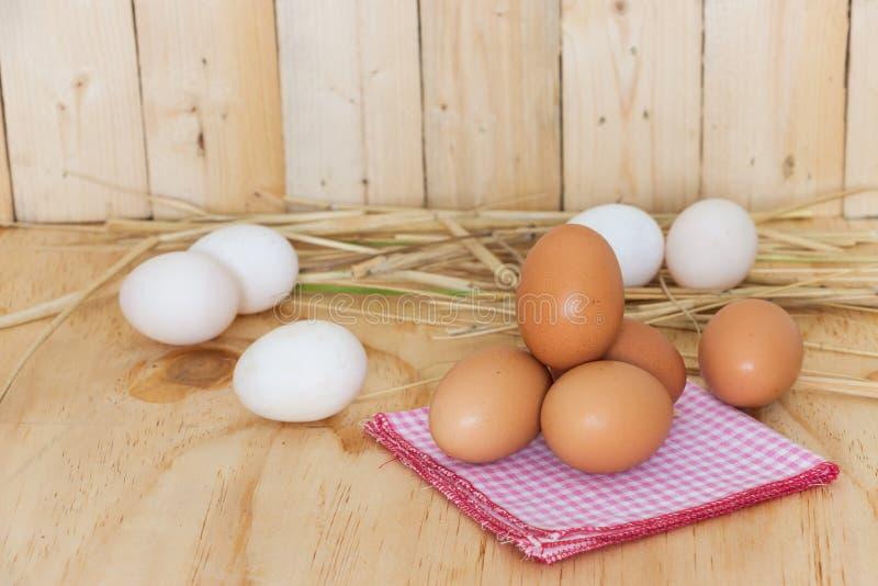 Jajka na czerwonym hanky zdjęcie stock
