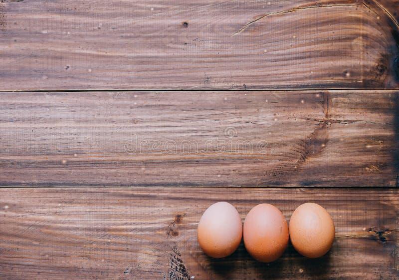 Jajka na stole obrazy stock