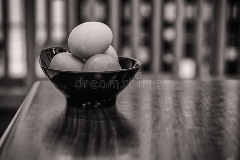 Jajka na stole zdjęcia stock
