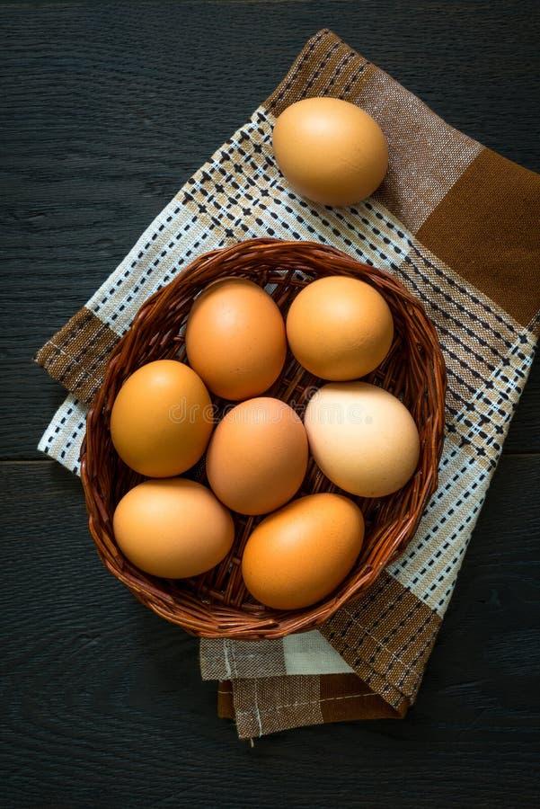 Jajka w koszykowym odgórnego widoku wielkanocy pojęciu obraz stock