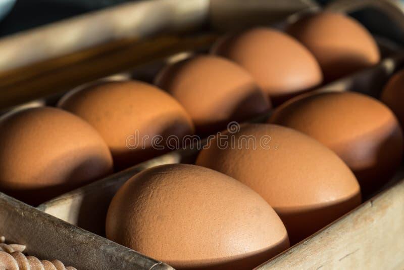 Jajka w nieociosanym drewnianym pudełku obrazy stock