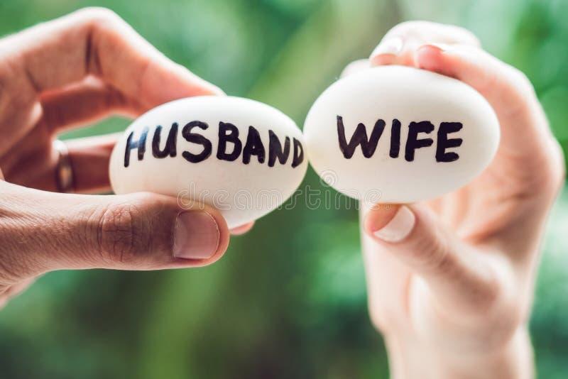 Jajka z inskrypcjami żona i mąż Konflikt między mężem i żoną zdjęcie stock