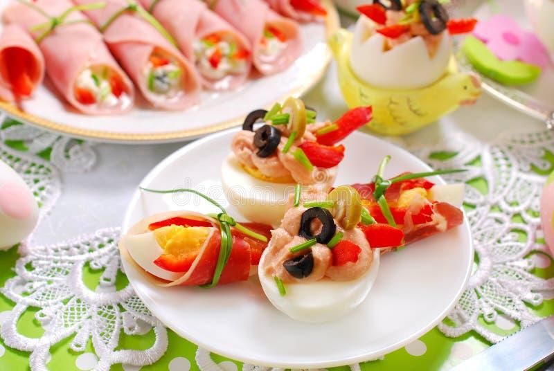 Jajka z tuńczykiem rozprzestrzeniającym i oliwkami dla Easter śniadania obrazy stock