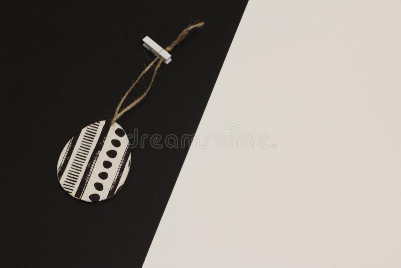 Jajko dekorował z pieluchą dla decoupage na jutowym sznurze z clothespin na kontrastować białego i czarnego tło Minimalizmu styl obrazy stock