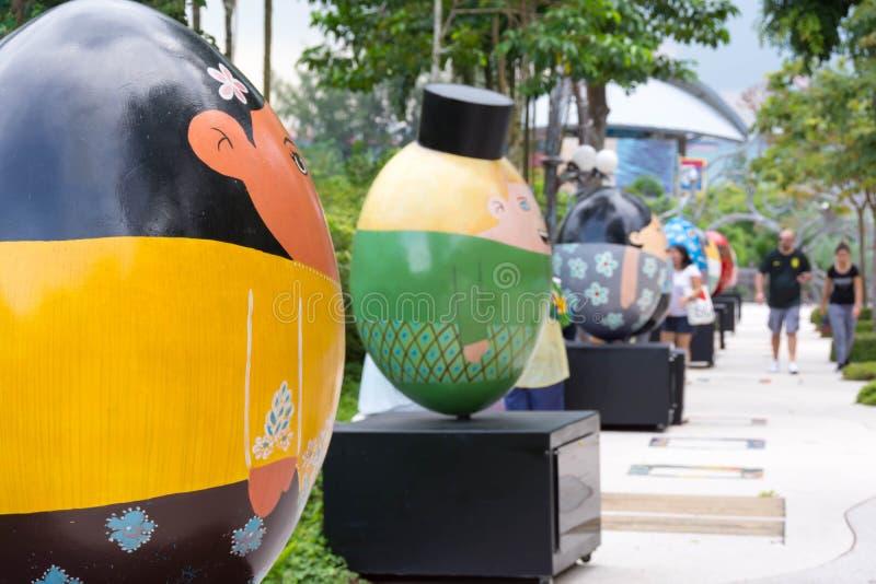Jajko kształtował ludzi wystawia przy parkiem w Sentosa, Singapur, Kwiecień 27, 2018 fotografia royalty free