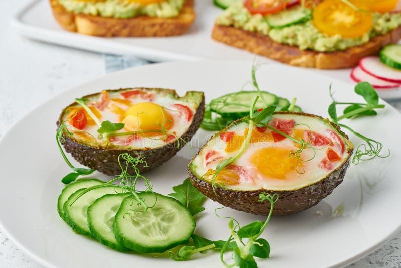 Jajko piec w avocado, grzanka, śniadanie, zbliżenie zdjęcia royalty free