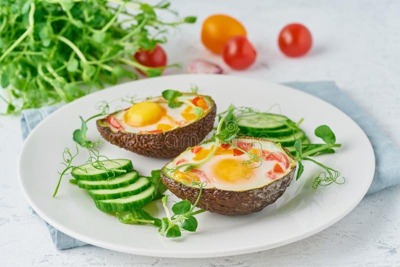 Jajko piec w avocado, grzanka, śniadanie, zbliżenie zdjęcie royalty free
