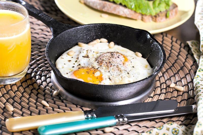 jajko smażący Zamyka w górę widoku smażący jajko na smaży niecce Solony i spiced smażący jajko z pietruszką na obraz stock