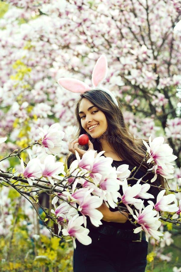 Jajko w r?ce szcz??liwa kobieta z pluszowymi wargami, magnolia zdjęcie stock