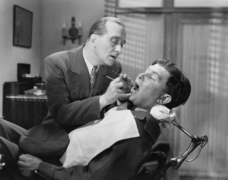 JAK ciągnięcie zęby (Wszystkie persons przedstawiający no są długiego utrzymania i żadny nieruchomość istnieje Dostawca gwarancje obrazy royalty free