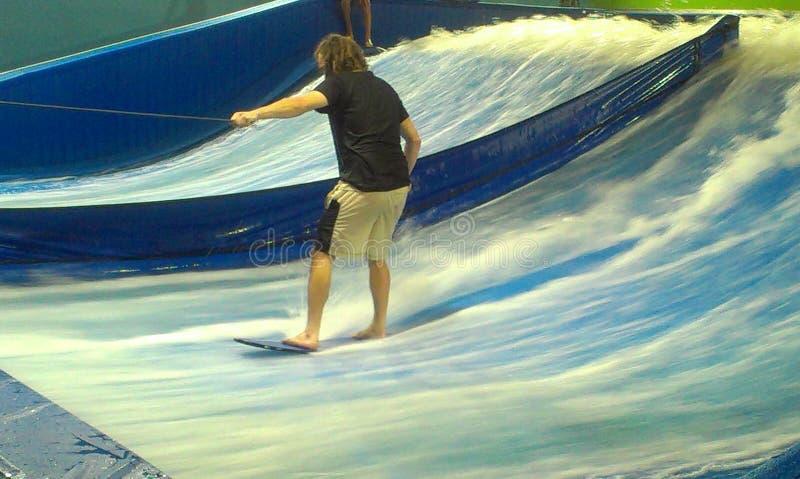jak człowiek uczy się surfować obraz stock