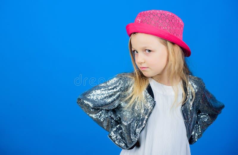 Jak elegancki jestem w ten kapeluszu Dziewczyna dzieciaka ślicznej odzieży modny kapelusz Mały fashionista Chłodno cutie modny st obraz stock