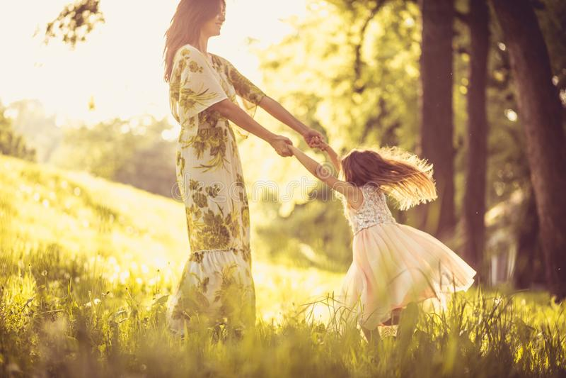 Jak kursowanie z mój mamusiami przy parkiem fotografia royalty free