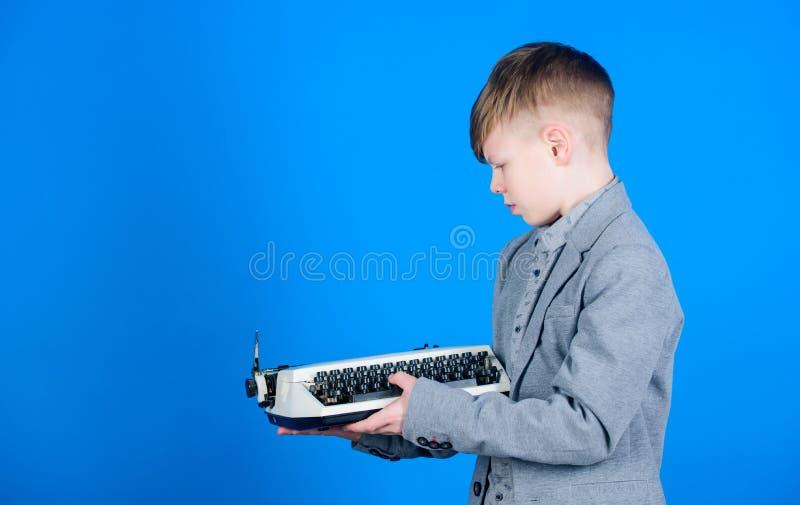 Jak robi retro pisać na maszynie maszyny pracie Mądrze dziecko używa retro technologię Śliczna chłopiec z maszyną do pisania Mały fotografia stock