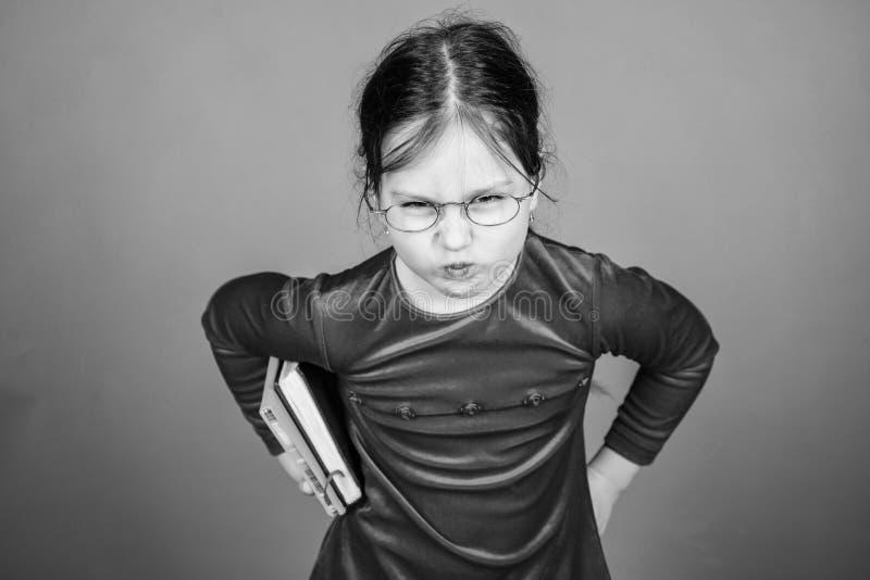 Jak wyzwanie ty Edukacja i dzieciak literatura Urocze dziewczyny mi?o?ci ksi??ki Dzieciak dziewczyna z ksi??k? lub notepad tylna  obraz royalty free