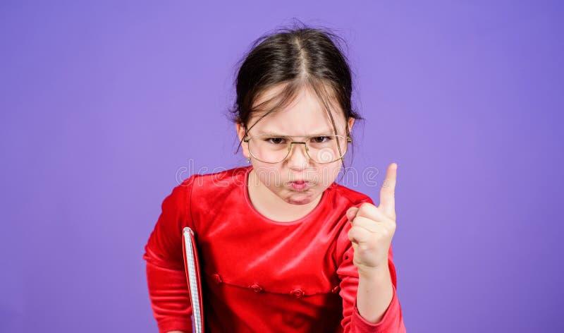 Jak wyzwanie ty Urocze dziewczyny mi?o?ci ksi??ki Dzieciak dziewczyna z ksi??k? lub notepad tylna koncepcji do szko?y Czytelnicza zdjęcie royalty free