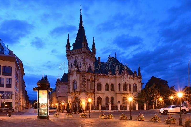 Jakab ` s pałac w KoÅ ¡ lodzie przy nocą obrazy royalty free