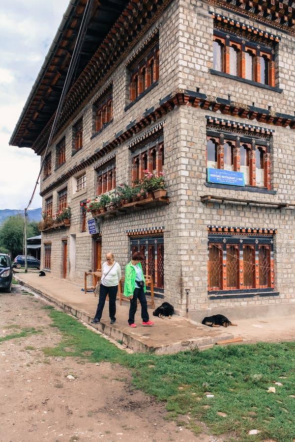 Jakar, Bumthang, Bhutan - 14 settembre 2016: Due donne turistiche che stanno all'angolo di una costruzione in Jakar, Bumthang, Bh fotografia stock