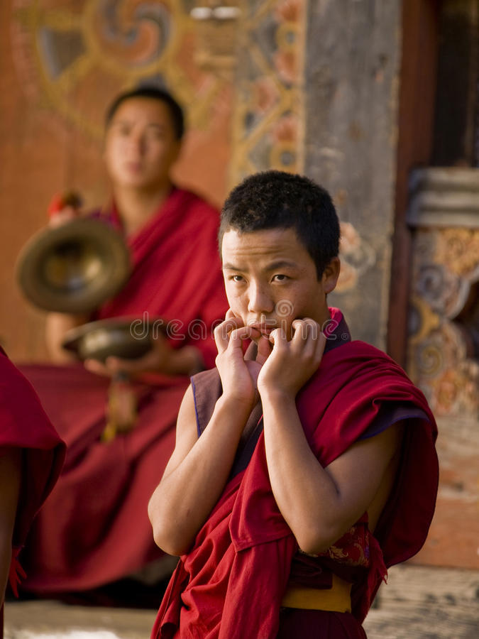 jakar monks för festival som repeterar tsechu arkivfoton