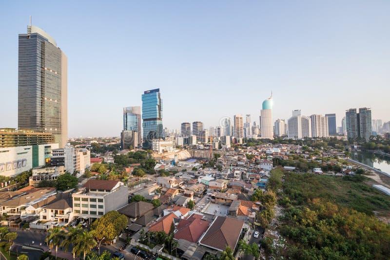 Jakarta, Indonésia - cerca do outubro de 2015: Precários e arranha-céus de Jakarta, cidade dos contrastes fotos de stock