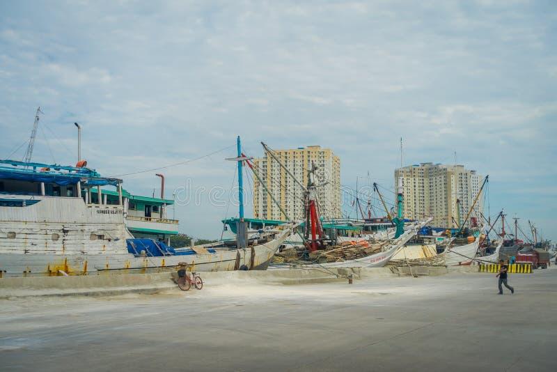 JAKARTA, INDONÉSIE - 5 MARS 2017 : Activités quotidiennes à l'intérieur de région de vieux port célèbre de Jakarta, bateaux de pê photos stock