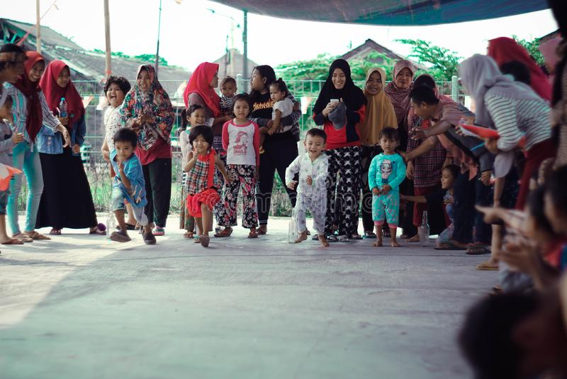 Jakarta, Indonesia - 17 agosto 2018: I piccoli bambini preparano correre sulla festa dell'indipendenza indonesiana fotografia stock