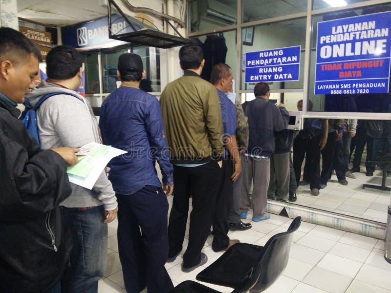 Jakarta/Indonesia 12 de marzo de 2019 Antrian servicio de SIM pembuatan pelayanan o del carné de conducir en los satpas Jakarta d imágenes de archivo libres de regalías