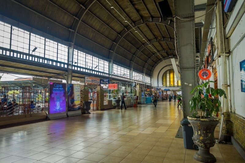 JAKARTA, INDONESIA - 5 DE MARZO DE 2017: Estación de tren interior, pasillo espacioso grande con la gente que da une vuelta imágenes de archivo libres de regalías