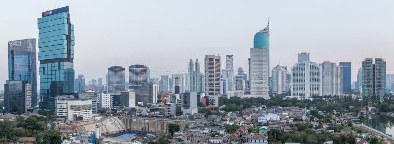 Jakarta Indonesien - circa Oktober 2015: Panorama av Jakarta skyskrapor på solnedgången arkivfoto