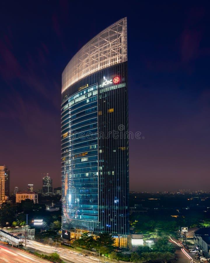 Jakarta, le 28 février 2019 : L'immeuble de bureaux de tour de ville la nuit avec la banque ICBC Indonésie photographie stock