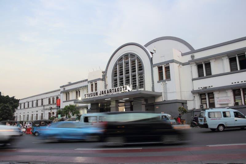 JAKARTA - Maj 27th, 2017 Trafik framme av Jakartakota Statio royaltyfri fotografi