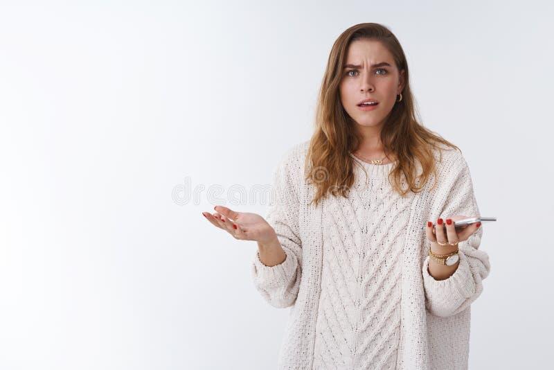 Jaki cholery Portret udaremniający sikający kwestionujący nieświadomy kobiety argumentowania mienia smartphone wzrusza ramionami  obrazy royalty free