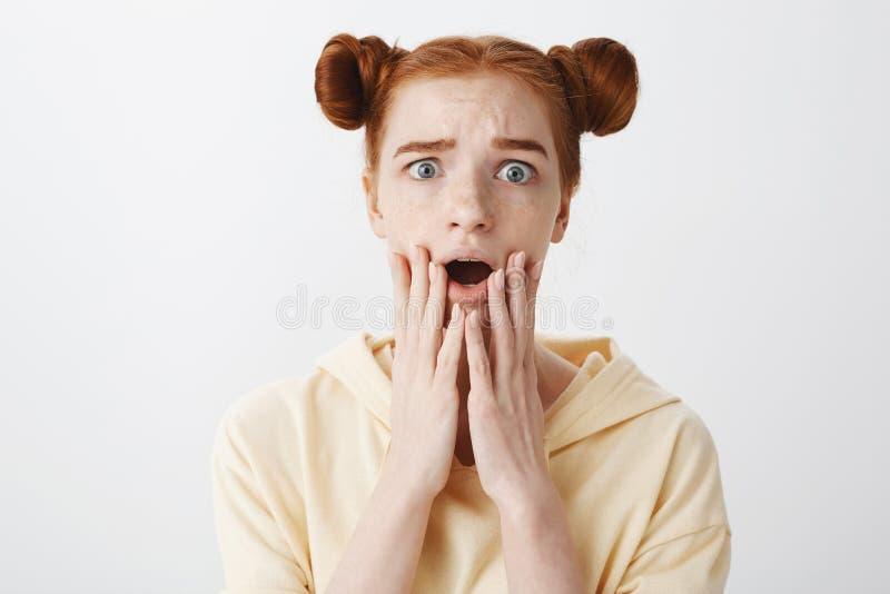 Jaki okropna wiadomość, Ja martwi się Salowy strzał niespokojna wzburzona dziewczyna z czerwonym włosy i babeczki fryzury zrzutem zdjęcia stock