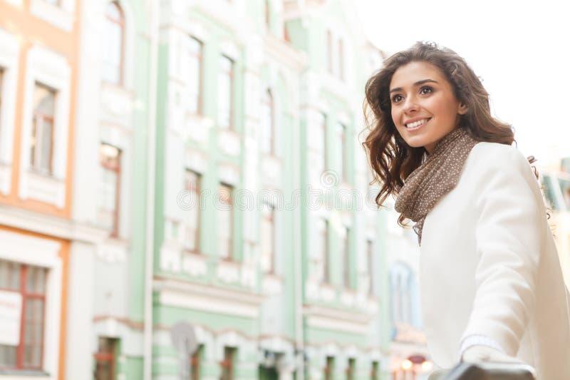 Jaki wielki miejsce! Piękne młode kobiety patrzeje oddalony i smili zdjęcia royalty free
