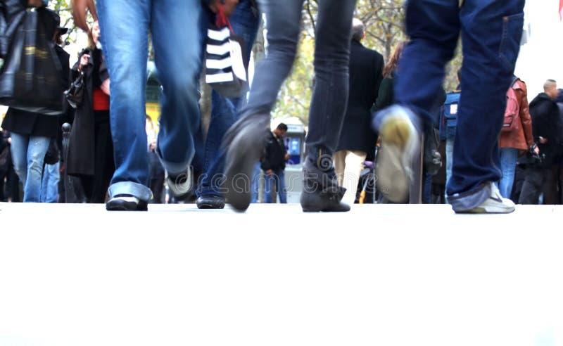 jako nastolatków wyposażający cajgowi spacery obrazy royalty free