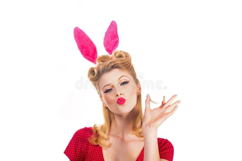 Jakt för påskägg - påskdagbegrepp Isolerad vitbakgrund Stift upp påsk Kaninen gå i ax begrepp Kvinna som bär a royaltyfria bilder