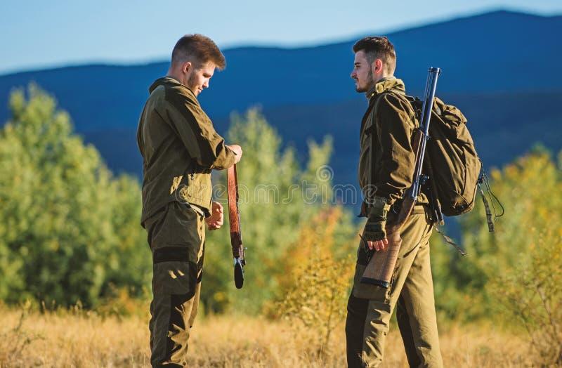 Jaktexpertis och vapenutrustning Hur v?ndjakt in i hobby Kamratskap av manj?gare Arm?styrkor kamouflage royaltyfri foto