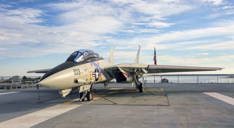 Jaktflygplan för F-14 Tomcat på hangarfartygdäck arkivbild