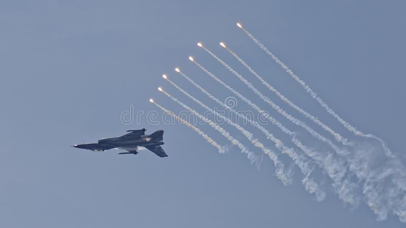 Jaktflygplanet F16 skjuter ut signalljus royaltyfri foto